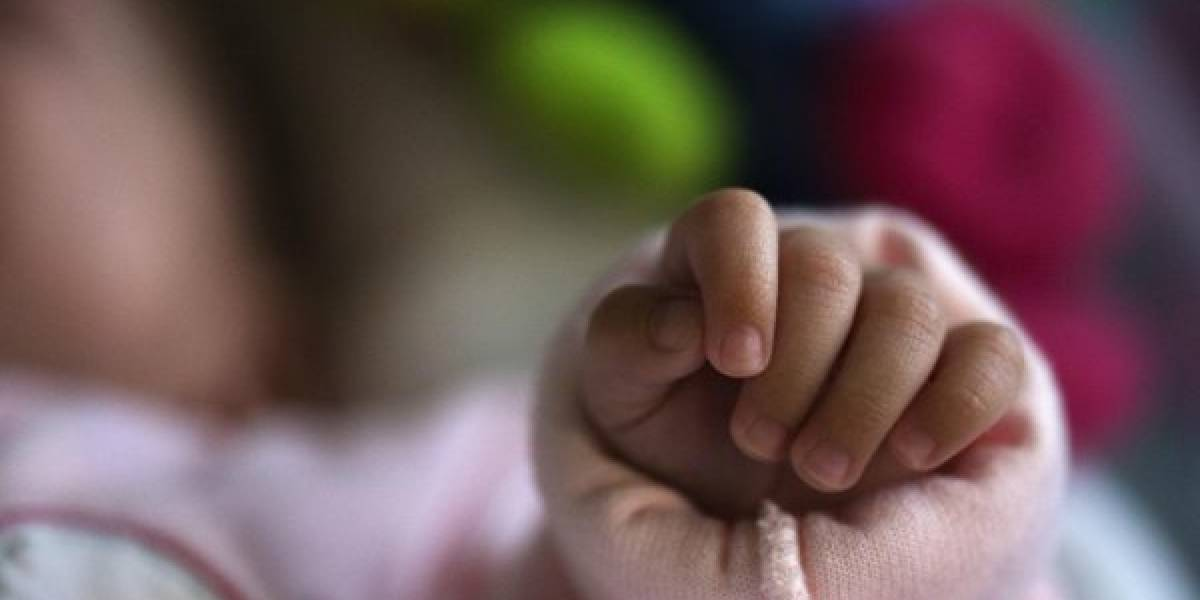Bebé muere asfixiada debido a que sus padres la olvidaron en un carro durante ocho horas
