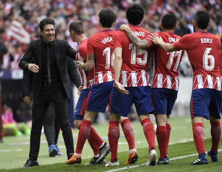 Simeone festeja con sus jugadores.
