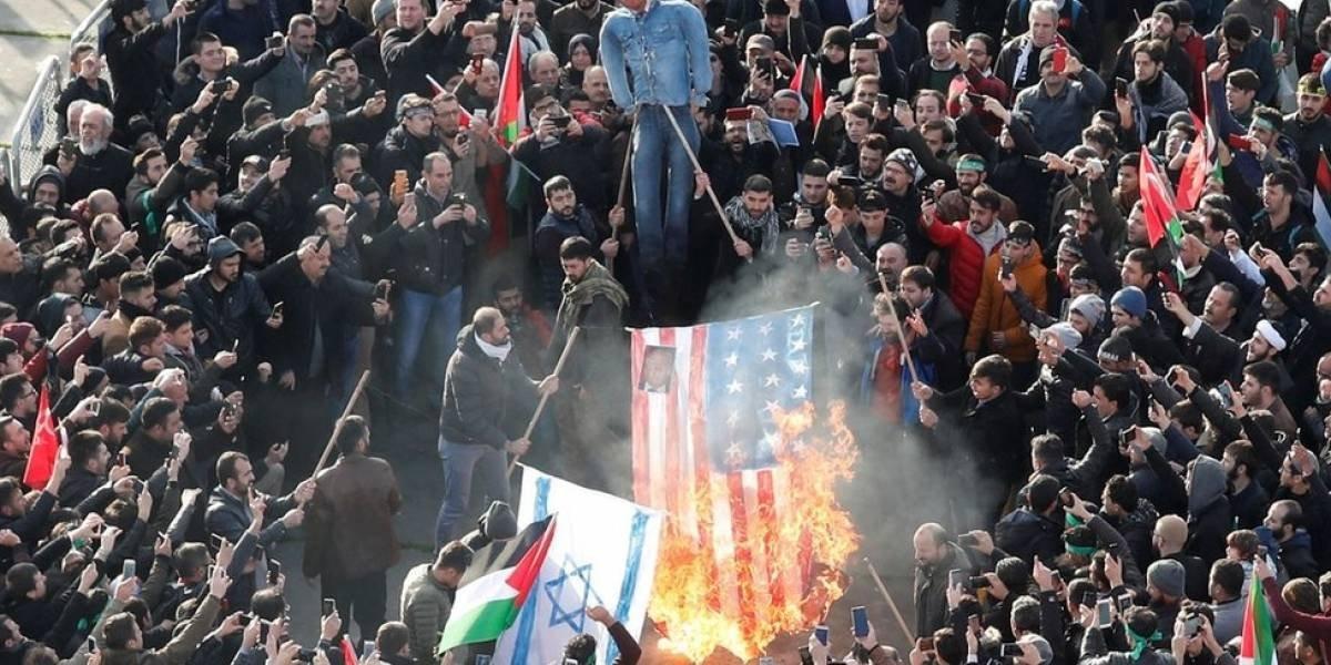 Queman bandera de Estados Unidos en protesta por los ataques a Siria