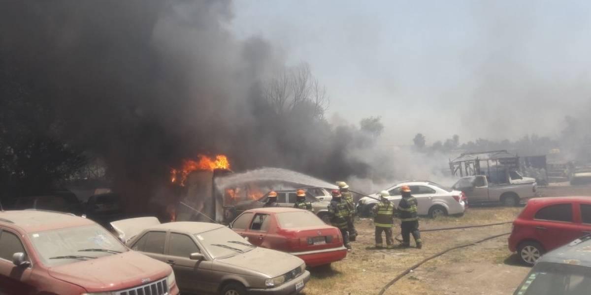 Se incendia predio y se queman 286 automotores en Tlaquepaque