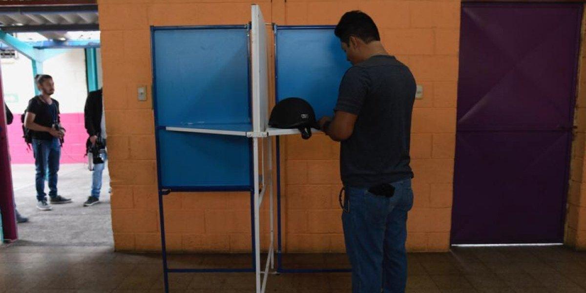 Baja afluencia de votantes en las primeras horas de la consulta popular