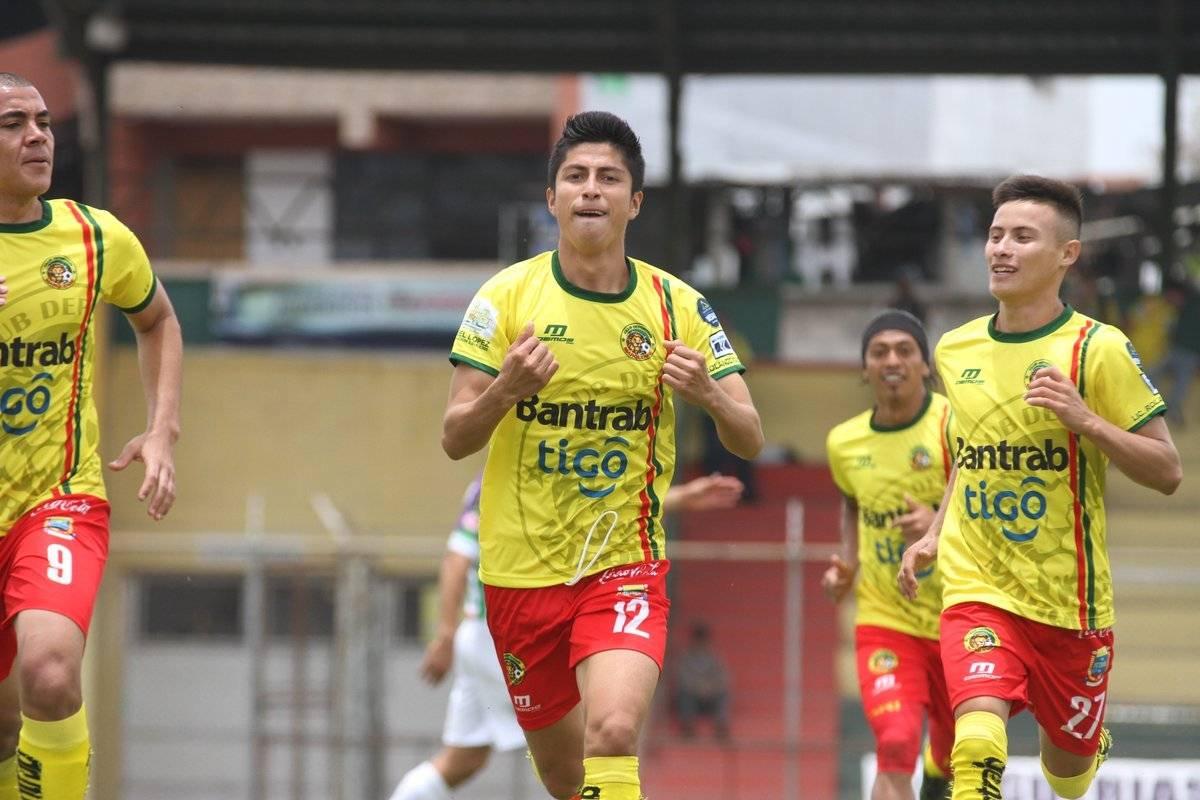 Frank De León celebra un tanto con Marquense