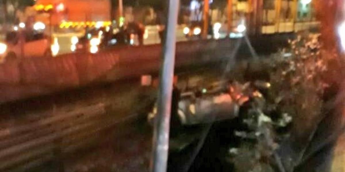 Cae auto a las vías del Metro