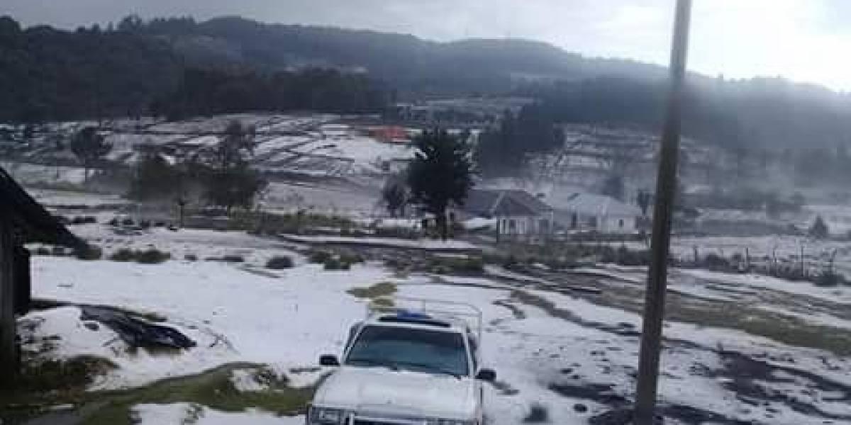 Sorpresiva caída de granizo pinta de blanco a comunidad en San Marcos