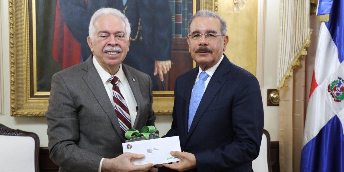 Danilo Medina recibe del Banco BHD-León el documental Hay un país en el mundo