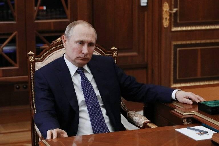 Vladimir Putin con un gesto serio