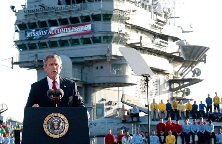 George W. Bush, a bordo del portaaviones USS Abraham Lincoln, el 1 de mayo de 2003. Foto: AFP