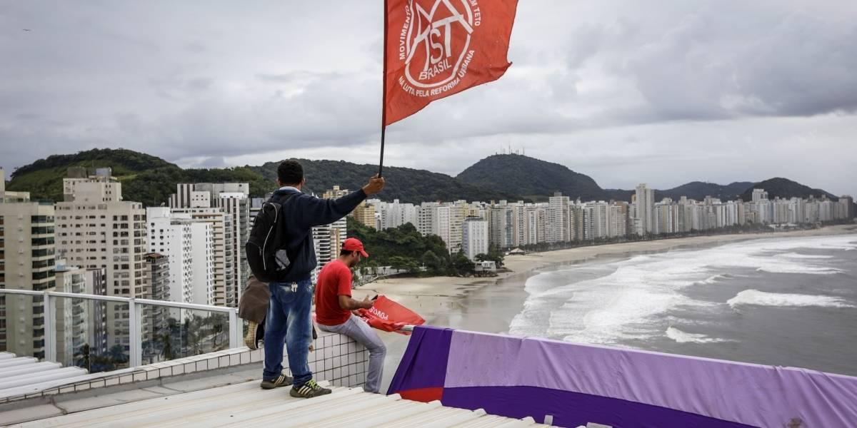 Integrantes do MTST invadem o tríplex do Guarujá em apoio a Lula