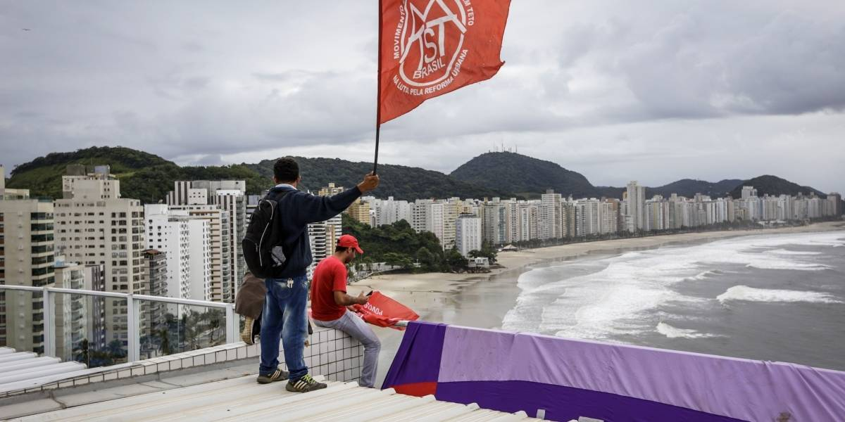 Após 4 horas, manifestantes pró-Lula desocupam tríplex no Guarujá
