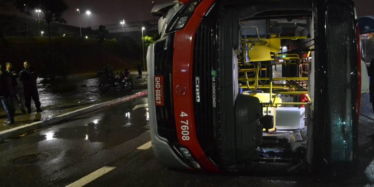 Ônibus tomba e deixa feridos na Radial Leste de São Paulo
