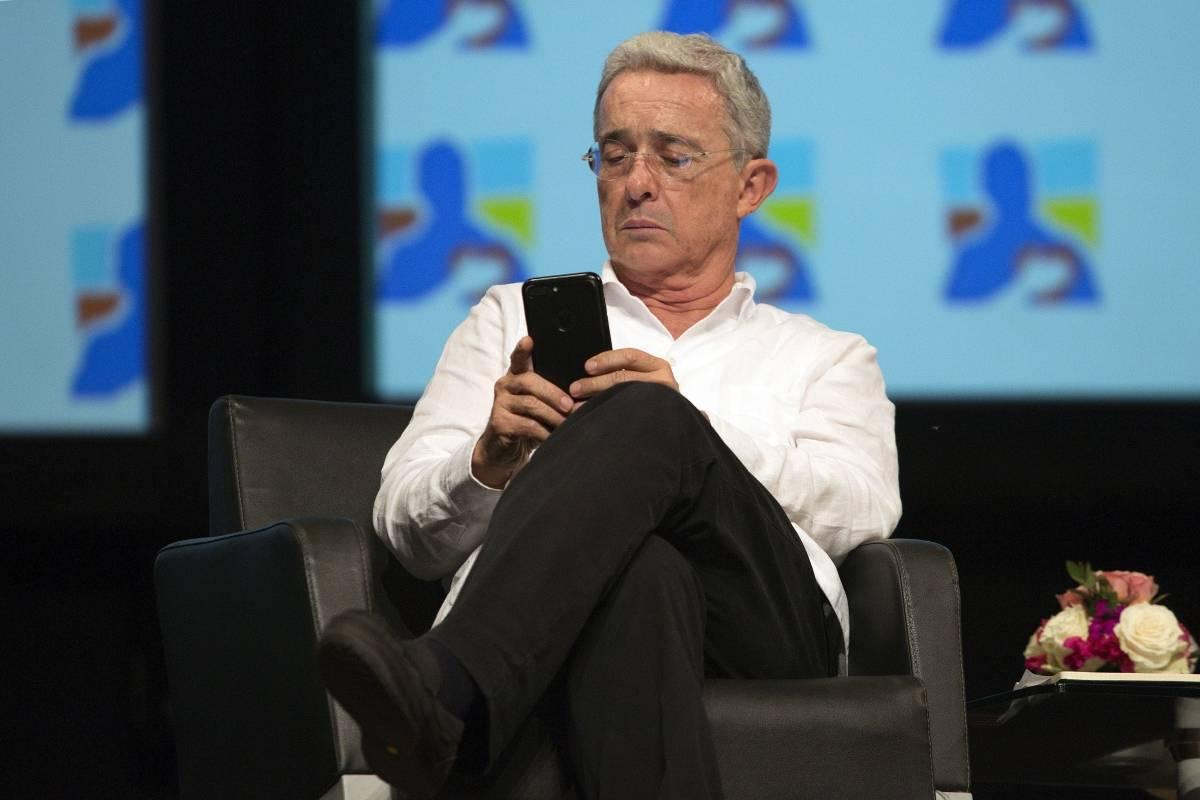 ¿Tiene fotos para adultos Álvaro Uribe en su celular? Lo que indica ...