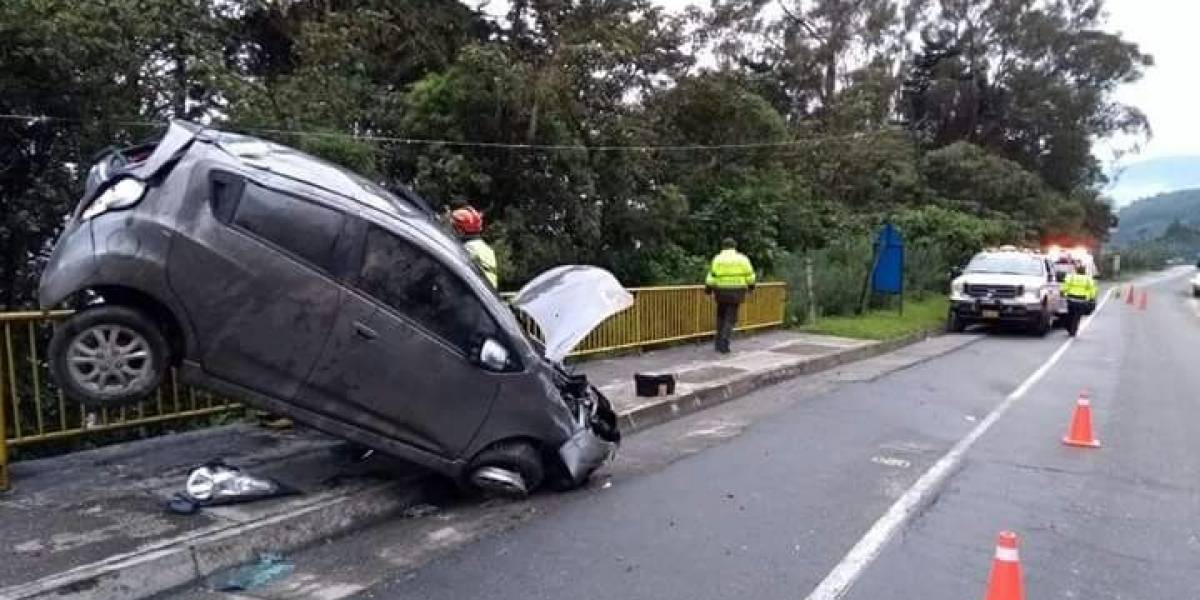 Sostenido por una llanta un vehículo se salvó de caer al vacío en Las Palmas