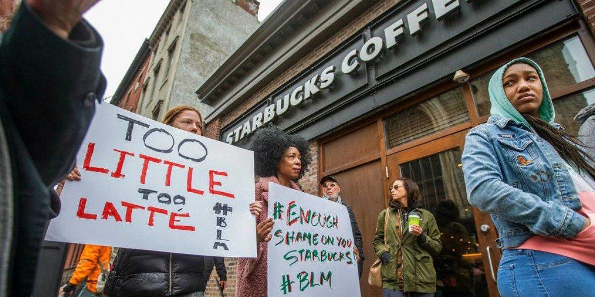 Protestan contra Starbucks por arresto de dos hombres negros