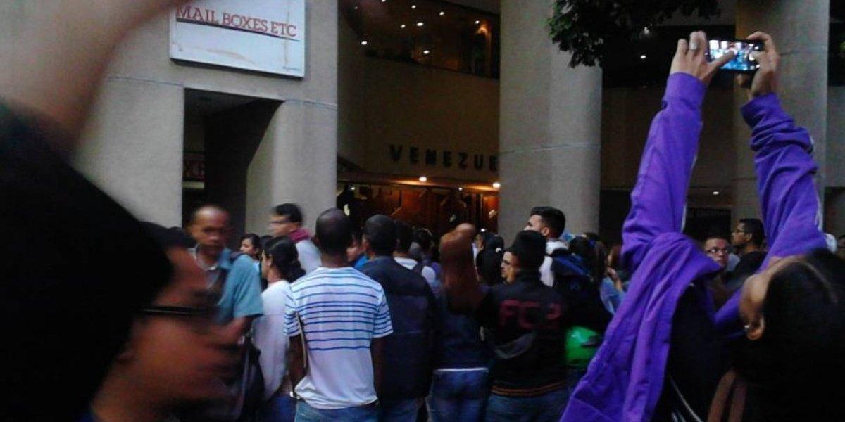Venezolanos se agolpan en el consulado de Chile en Caracas para obtener Visa de Responsabilidad Democrática
