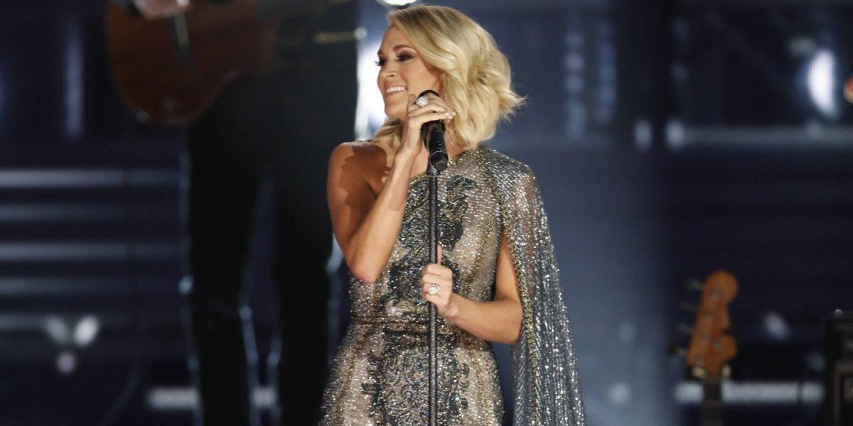 A meses de su accidente, Carrie Underwood regresa el escenario con una nueva cara