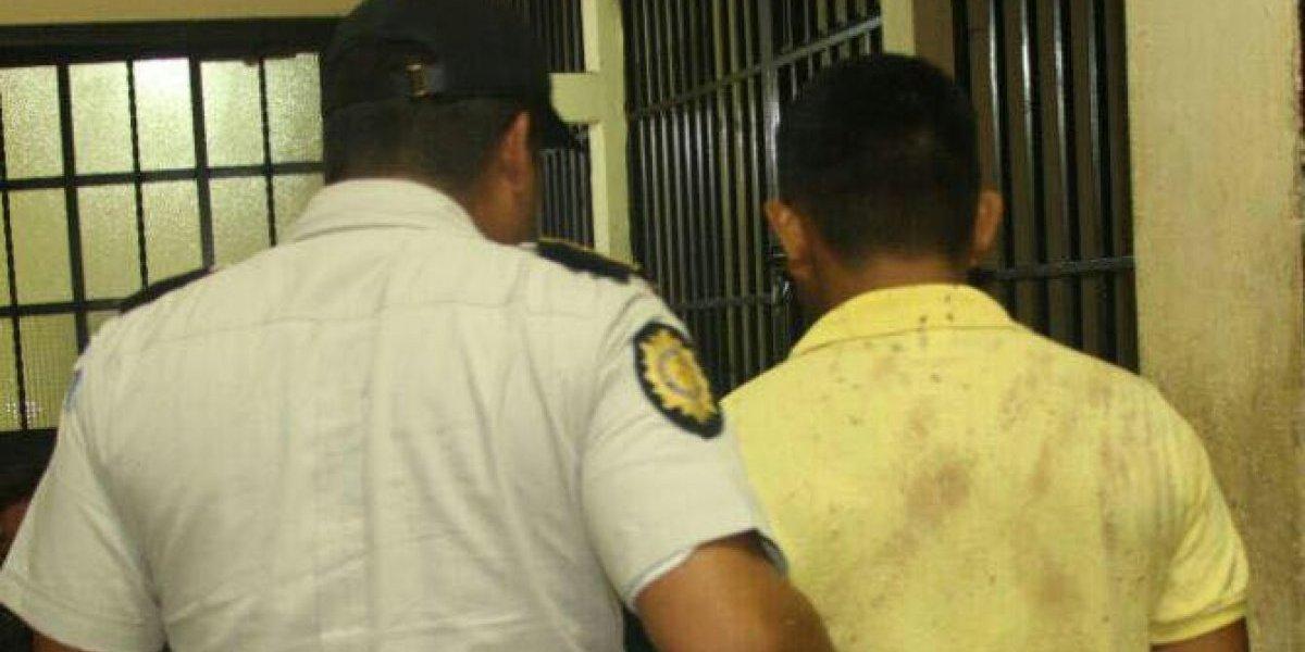 Estaba entre los curiosos de escena de crimen y por un detalle fue detenido como el presunto responsable