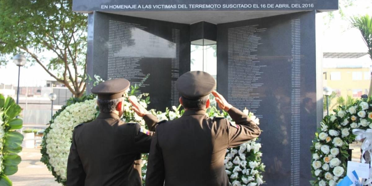 Autoridades recordaron a víctimas del terremoto en Manabí con ofrendas florales