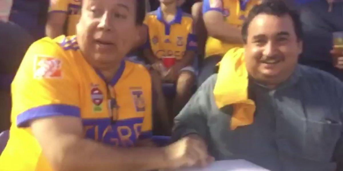 Aficionado de Tigres le narra el juego ante Cruz Azul a su amigo invidente