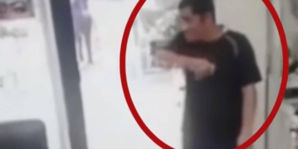 En video: Se hizo pasar por un cliente y se robó un celular en una peluquería