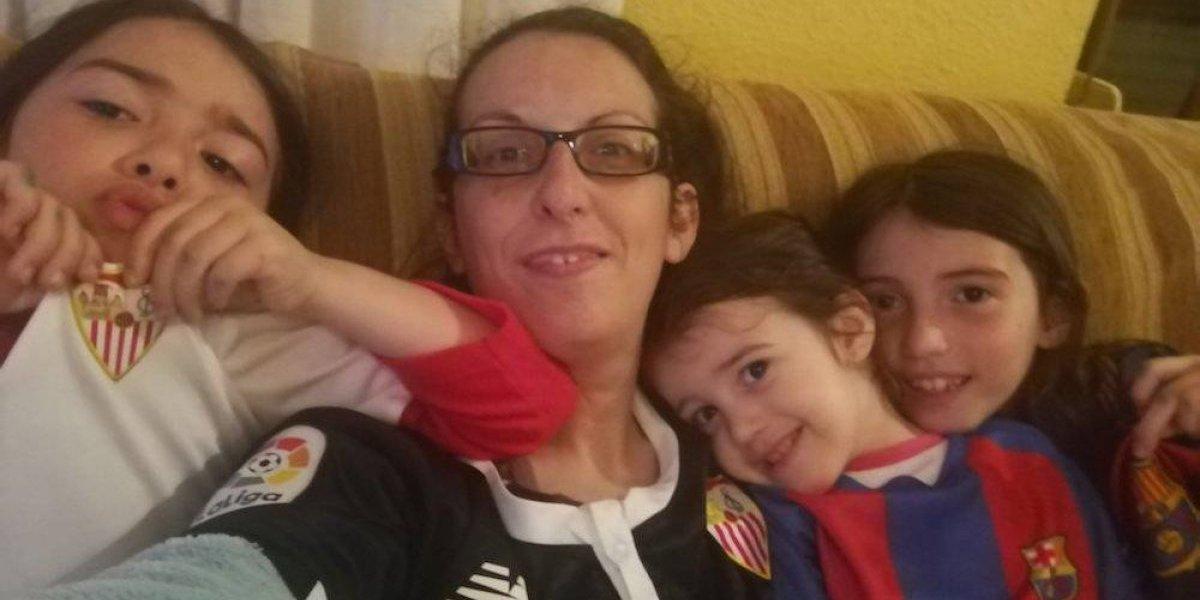 Madre crea su propio 'Panini' de futbol femenil para sus hijas