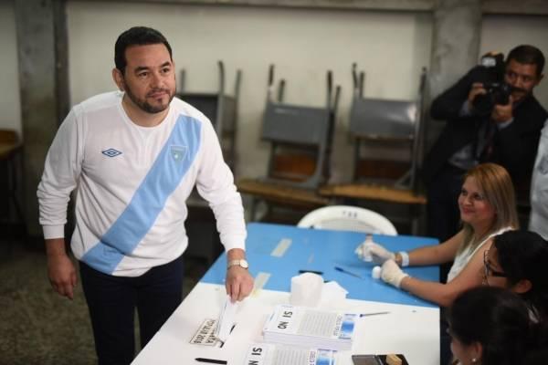 El presidente Jimmy Morales vota en la consulta popular.