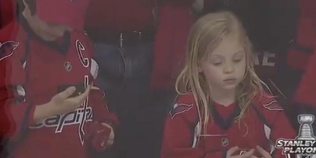 VIDEO: Niña se enoja por no obtener un disco en partido de hockey