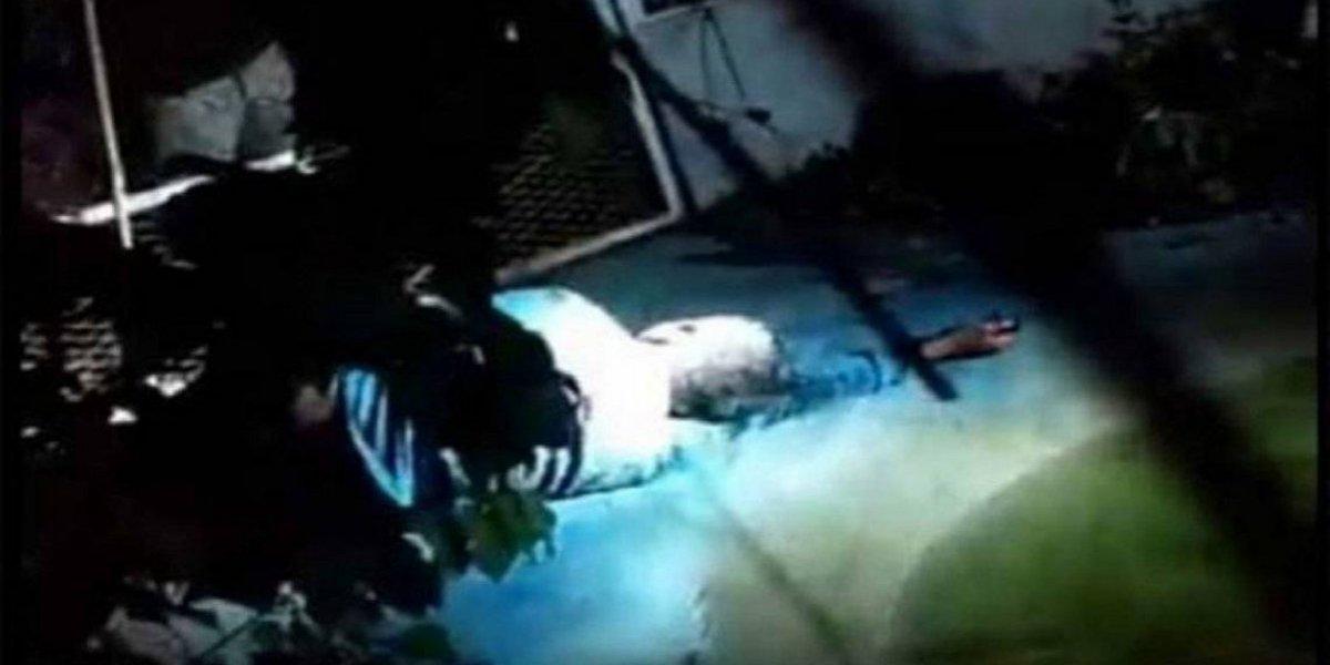 População grava linchamento de suspeito de estupro e o tranca em jaula com crocodilos