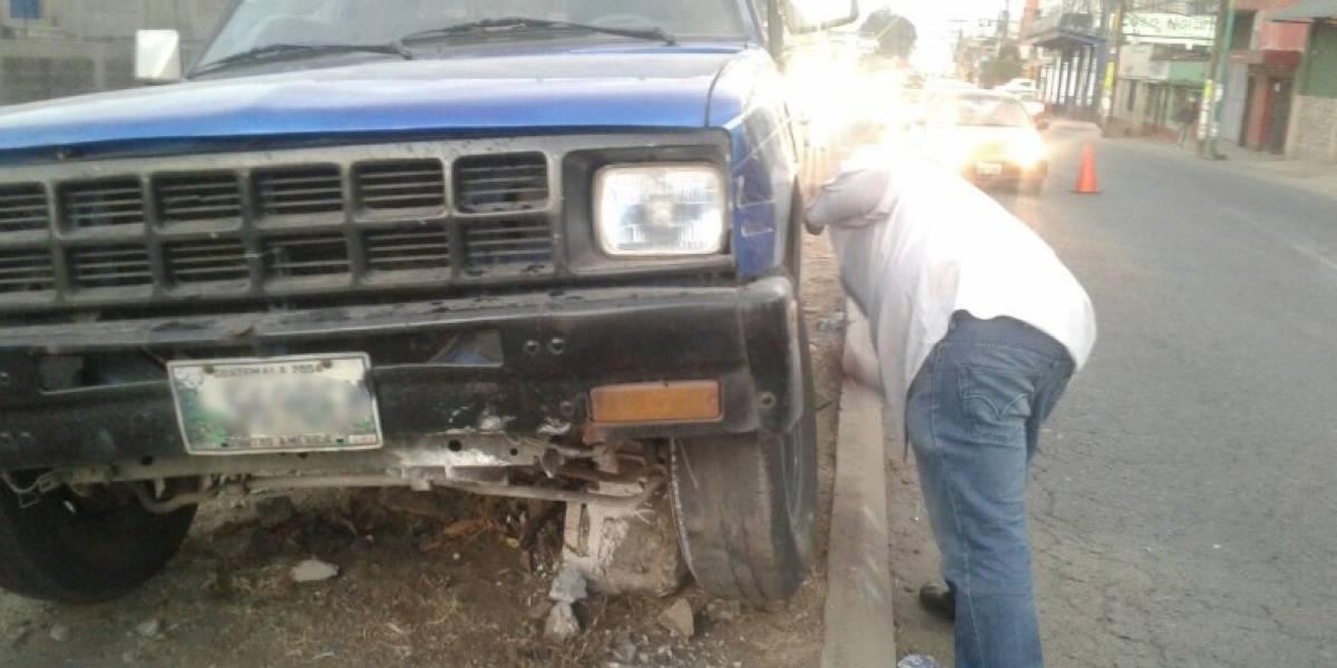 Conductor de picop colisiona tras evitar chocar con motorista