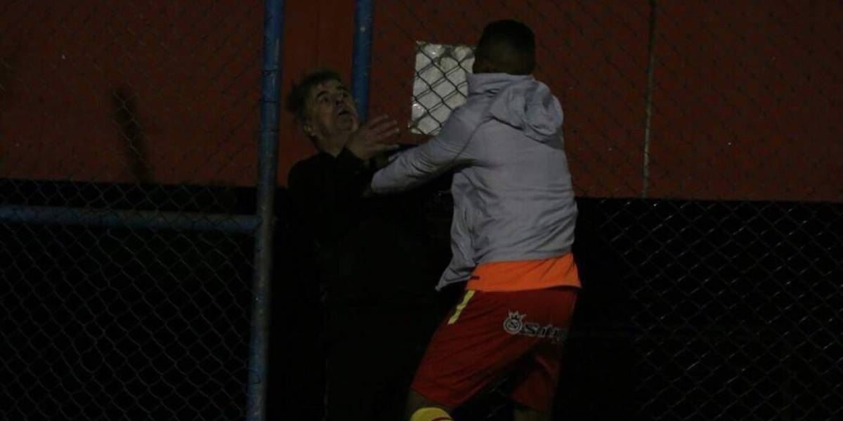Jugador colombiano se fue a los golpes con su entrenador