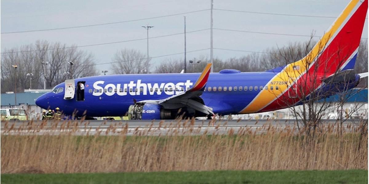 ¡Impactantes imágenes! Una mujer casi cae de un avión en pleno vuelo