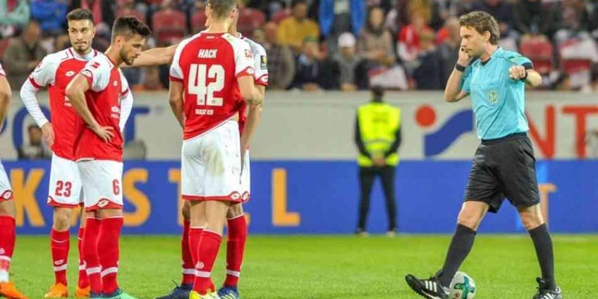 Insólito: En la Bundesliga cobran un penal en el entretiempo por culpa del polémico VAR