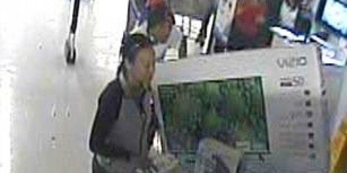 Buscan pareja acusada de hacer compras con tarjeta robada