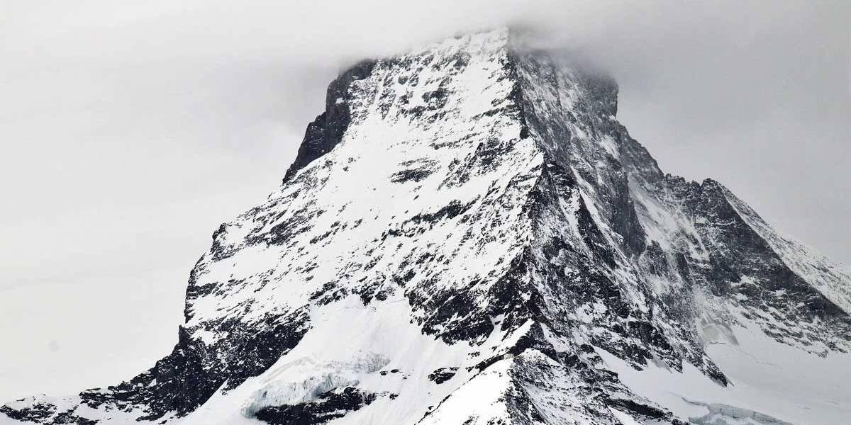 Homem bêbado se perde procurando hotel e acaba escalando montanha