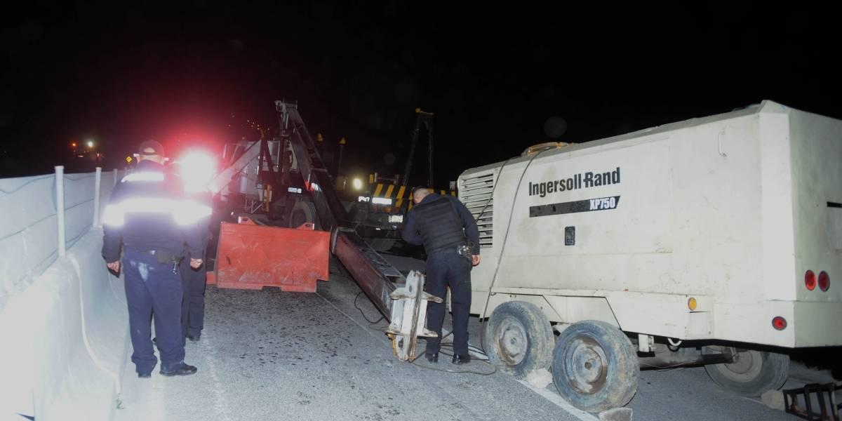 Grúa cae sobre trabajador en la carretera México-Toluca