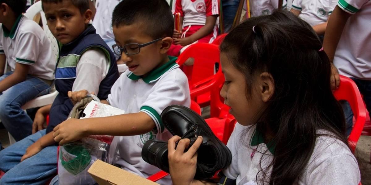 Uniformes nuevos: el motivo de alegría para niños desplazados en Cali