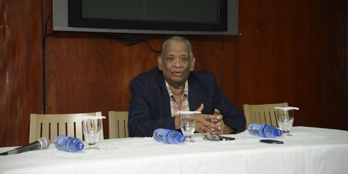 Roosevelt Comarazamy expone sobre periodismo deportivo