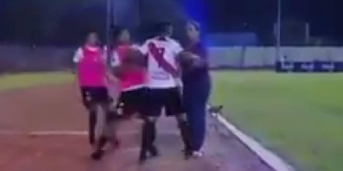 Futbolista agrede a su técnico por sustituirlo