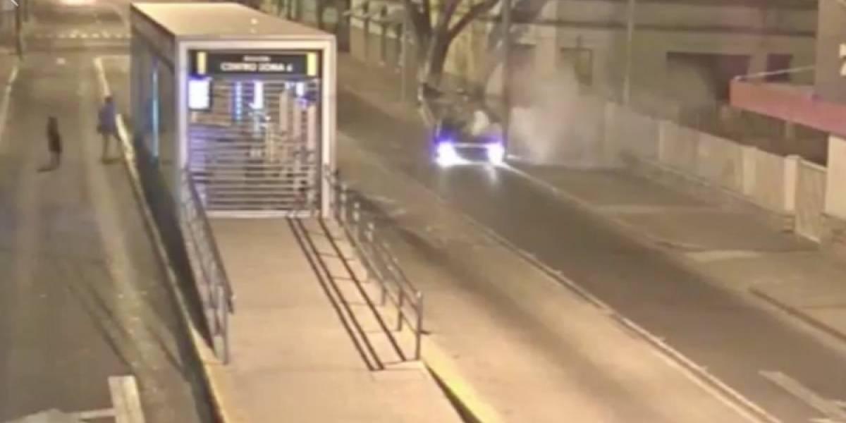 VIDEO. Vehículo se estrella en parada de Transmetro y vuelca