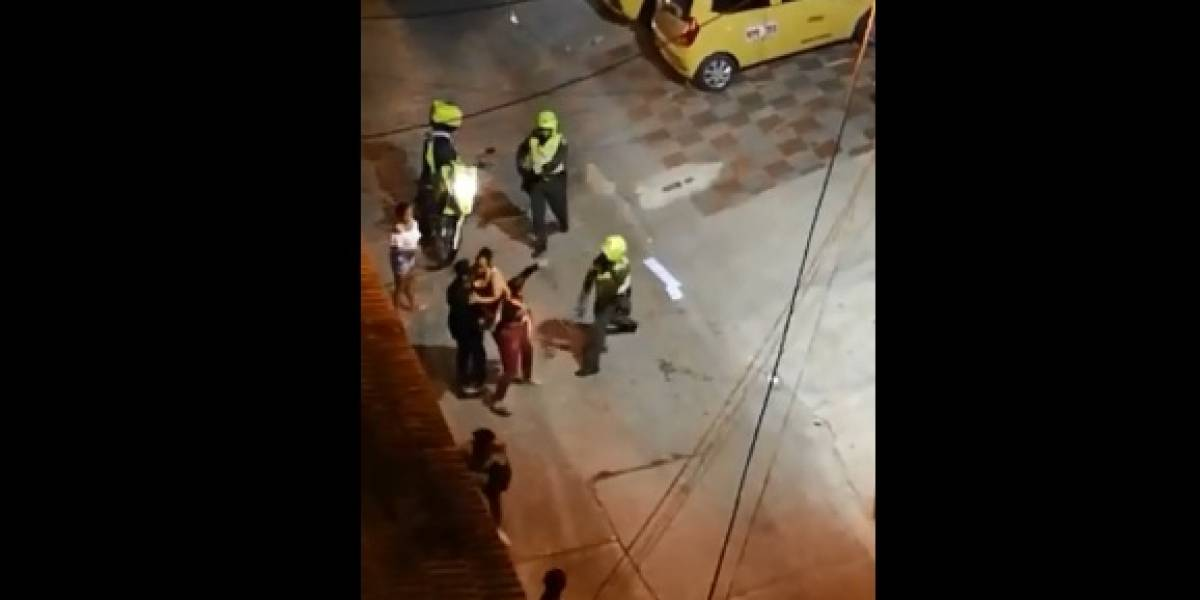En video: Brutal agresión de policía a una mujer en Barranquilla