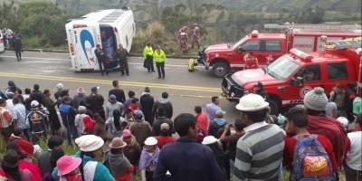 Un bus interprovincial se volcó en el kilómetro 2 de la vía a Guaranda