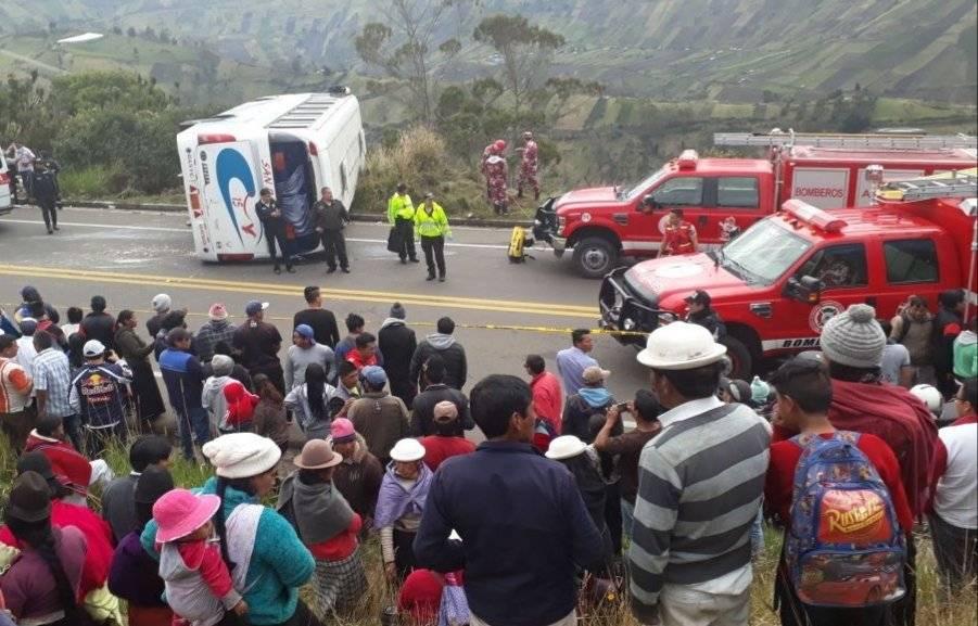 Un bus interprovincial se volcó en el kilómetro 2 de la vía a Guaranda Cortesía