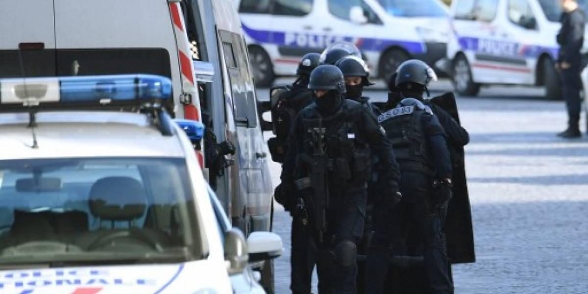 Individuo ataca con un machete a un militar en París