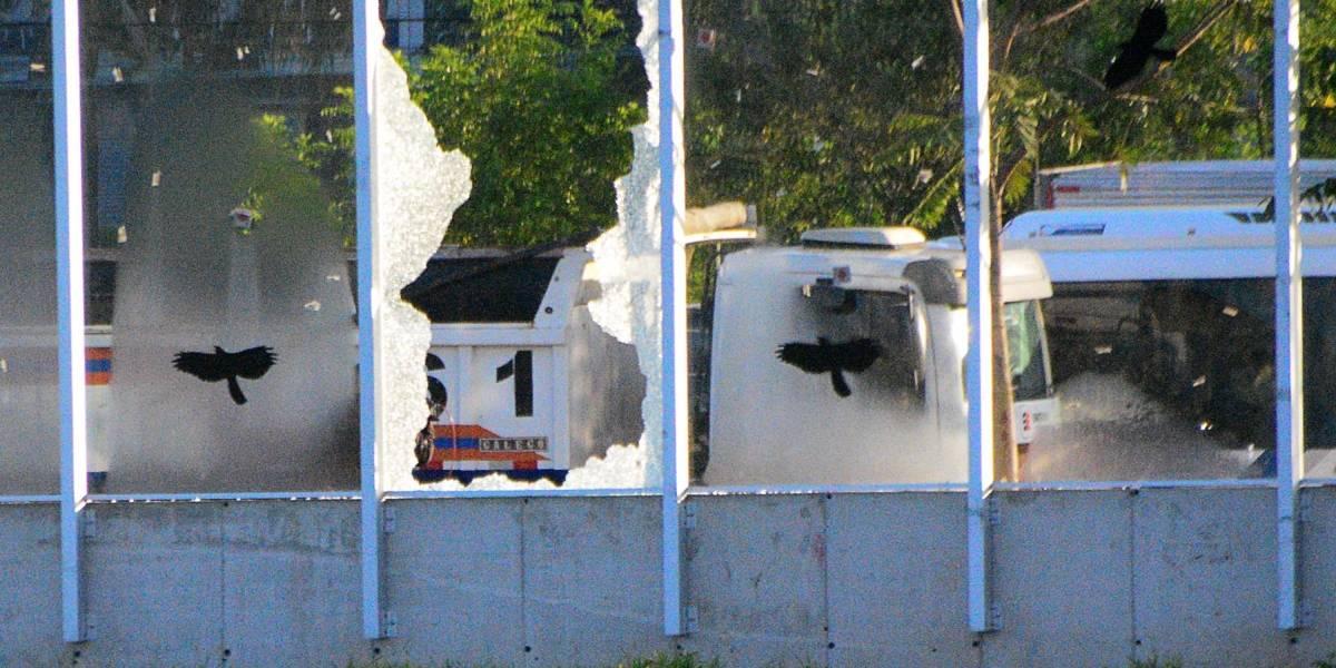 Muro de vidro da Raia Olímpica da USP amanhece quebrado