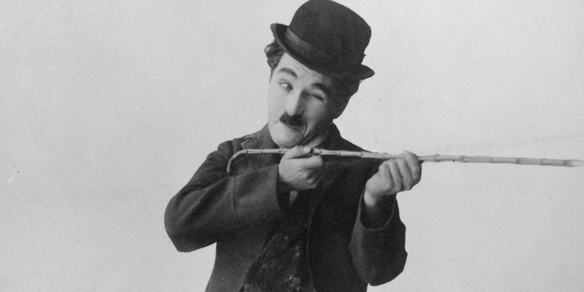 Fãs de Charlie Chaplin se vestem como Carlitos para homenagear o ator