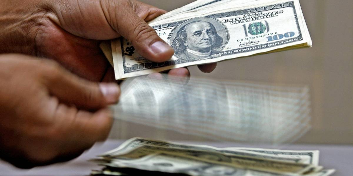 Dólar cierra estable bajo los $650