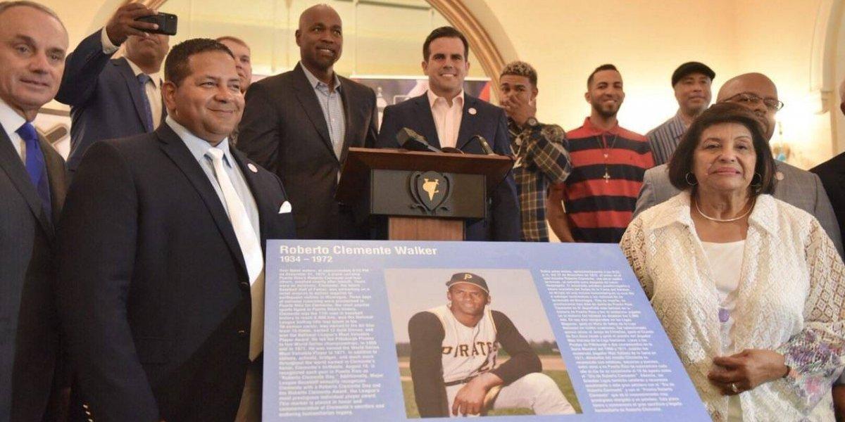 Develan tarja conmemorativa de Roberto Clemente