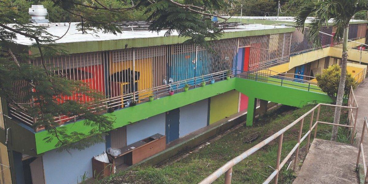 Plantel escolar abandonado se convierte en vivienda para familias