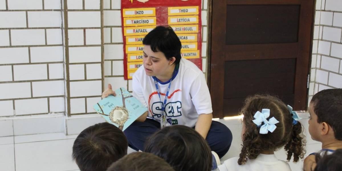 """""""Minha professora é diferente, e ela é maravilhosa"""": a trajetória da educadora com Down alvo de preconceito de desembargadora"""
