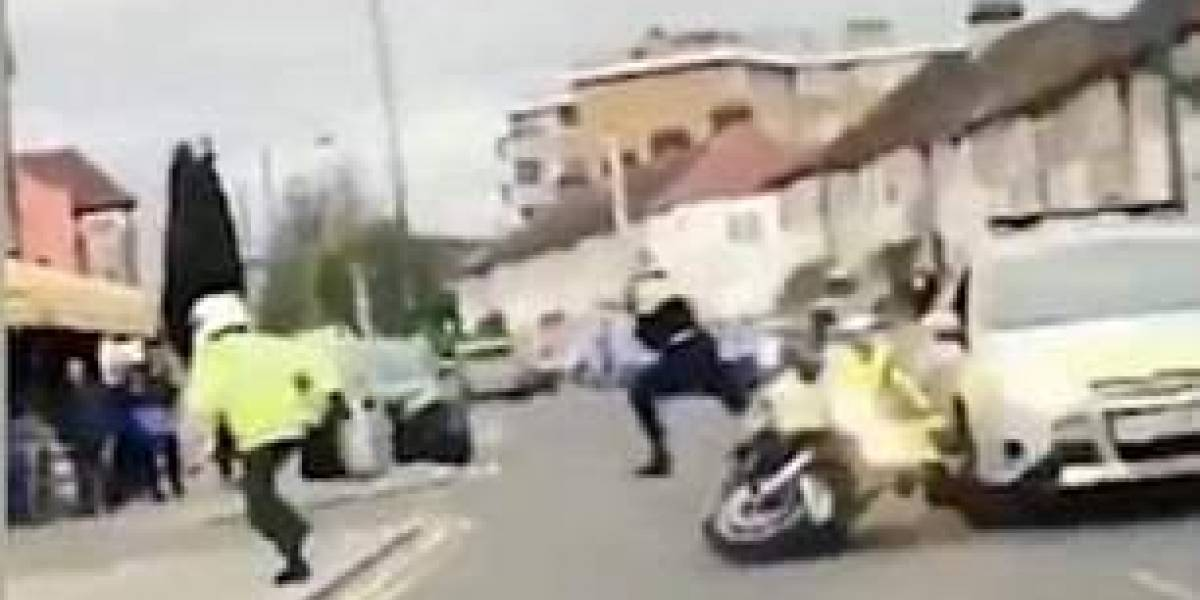 Policial conduzindo motocicleta em comboio é empurrado por pedestre; veja o momento