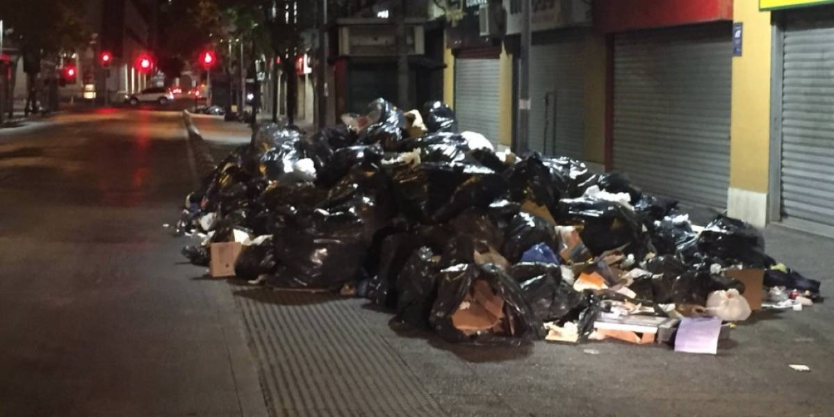 Basura acumulada en las calles del Centro de Santiago